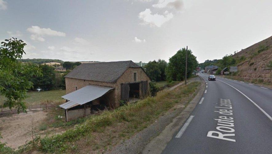 Le véhicule, qui circulait en direction de Laissac, a atterri en contrebas de la route, dans ce corps de ferme.