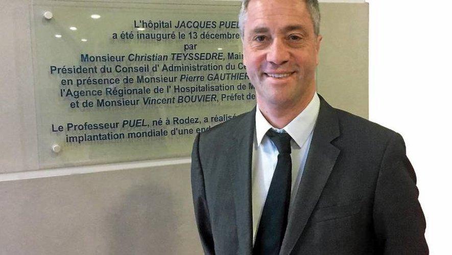 Vincent Prévoteau devant la plaque inaugurale du centre hospitalier de Rodez.
