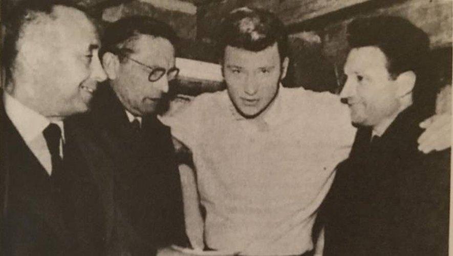 Les secrétaires CGT, FO, CFCT de Decazeville ont le sourire: Johnny Hallyday leur remet un joli chèque.