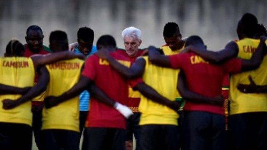 Les joueurs du Cameroun autour de leur sélectionneur Hugo Broos, lors d'un entraînement le 16 janvier 2017 à Libreville.