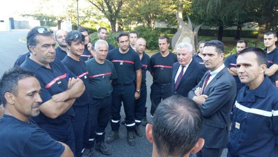 Moment d'échanges avec le préfet, le président et le patron du Sdis, après 5 jours de lutte sur le front des incendies.