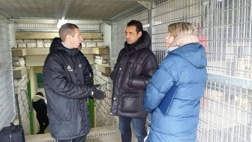 Olivier Echaoufni échange après la rencontre avec l'entraîneur de Rodez, Sébastien Joseph.