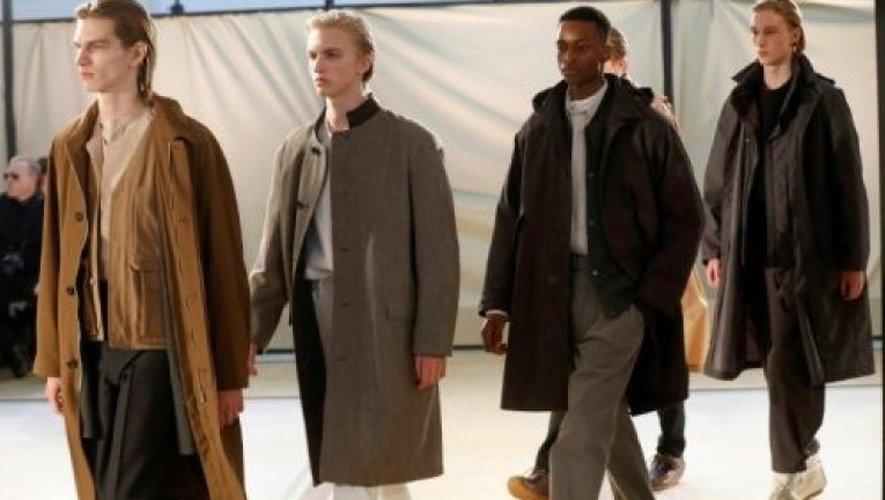 Des modèles des créateurs Christophe Lemaire, lors des défilés de mode masculine le 19 janvier 2017 à Paris