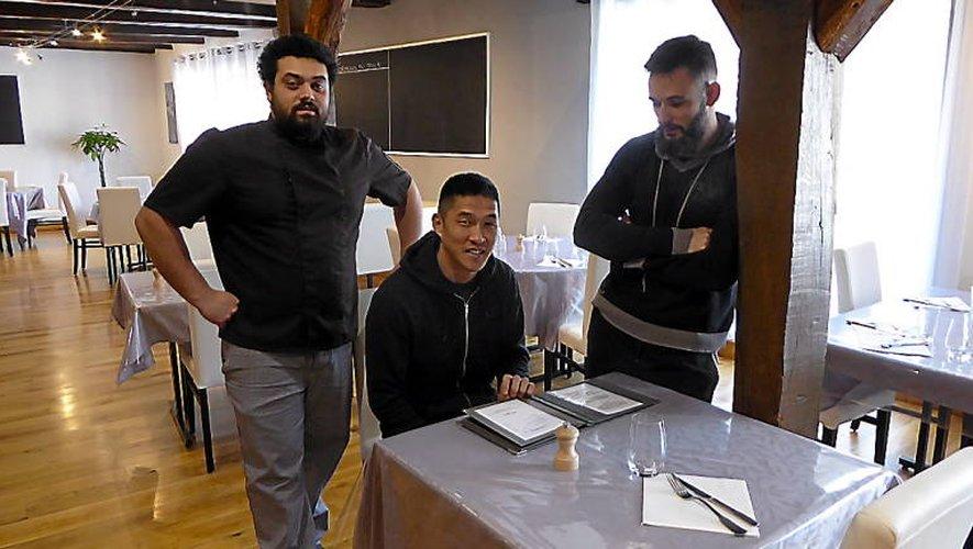 Arnaud (au centre), entouré de Jacky en cuisine et de Ben au service, dans les starting-blocks de l'ouverture.