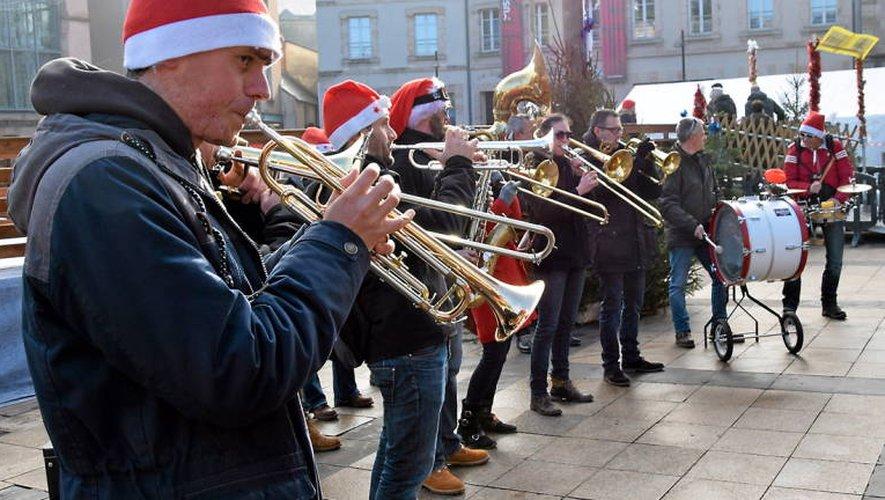 Derrière la fanfare de Noël, les associations sportives de la ville ont défilé en fin d'après-midi.