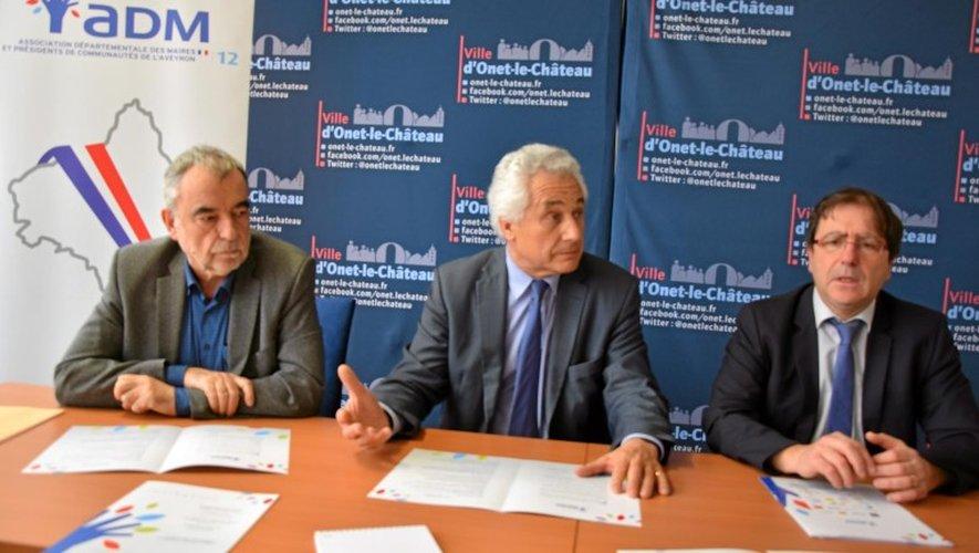 Jean-Louis Denoit, maire de Viviez et trésorier de l'ADM12 aux côtés du président Grimal et de Jean-Philippe Keroslian, maire d'Onet-le-Château.