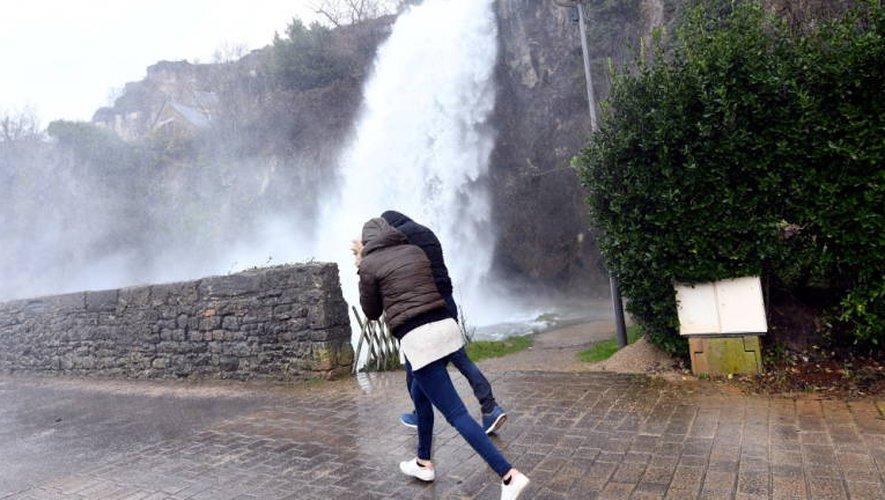 La cascade de Salles-la-Source gonflée par les dernières chutes de pluie.