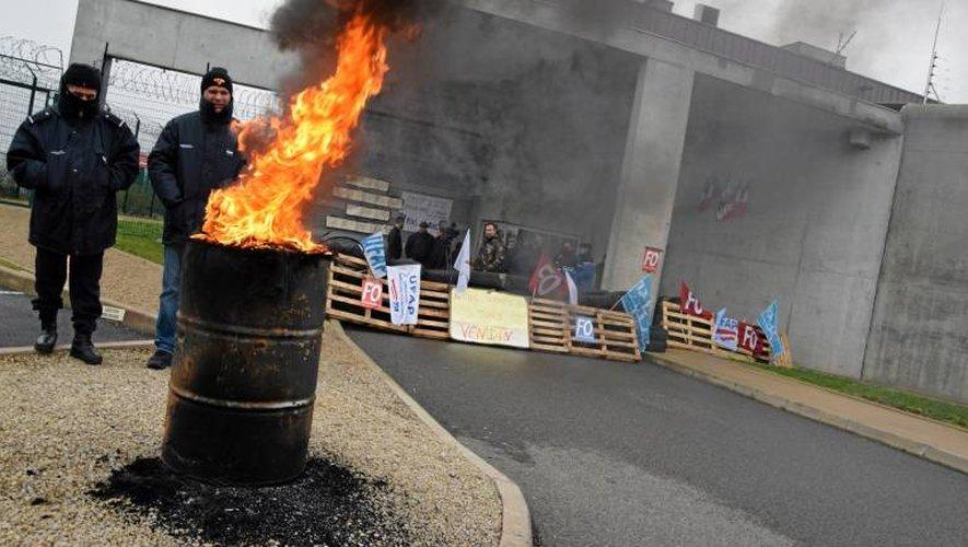 Les surveillants pénitentiaires poursuivent leur mouvement de grève, aujourd'hui.