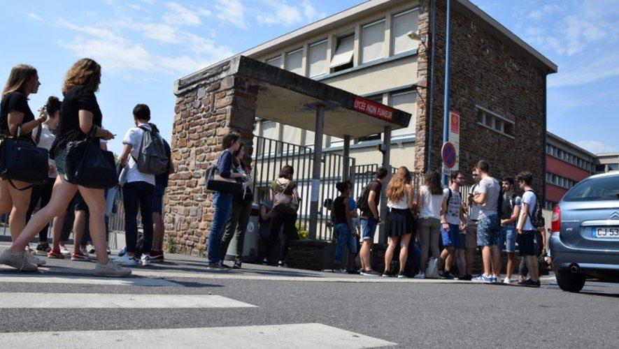 En Aveyron, 4 255 élèves sont concernés. Ici, à la sortie du lycée Foch à Rodez, en fin de matinée.