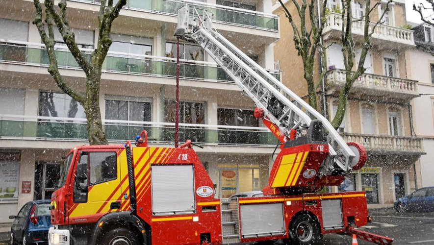 Les pompiers  ont déployé la grande échelle pour sécuriser le balcon. SO