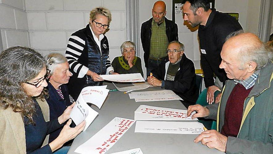 Un travail en ateliers de huit personnes avec des animateurs bénévoles.