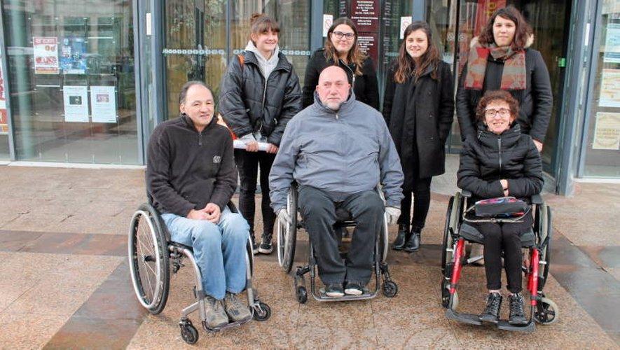 Entouré de Laurent Gaston et d'Anne-Marie Lacassagne, accompagné par des bénévoles de l'APF, Jean-Michel Guy a testé hier les équipements des boutiques de Rodez. (Photo RDS)
