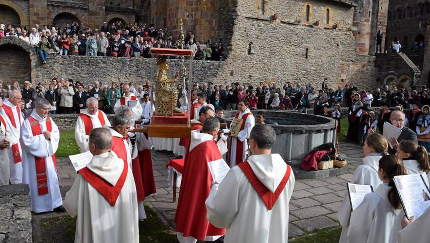 La relique part en procession jusqu'à l'abbatiale où elle est restée exposée jusqu'au soir.