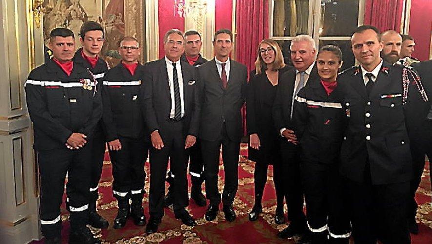 Pompiers et représentants de l'Aveyron dans les salons de la Présidence.