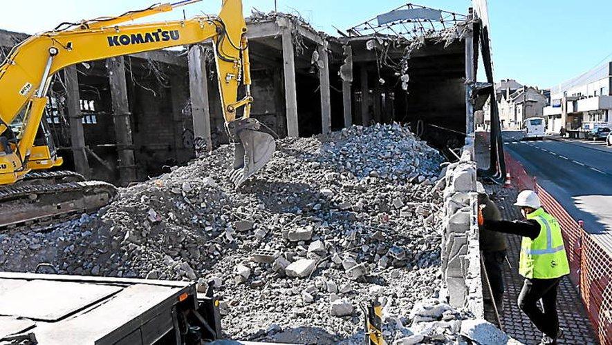 Le ballet des engins de travaux publics se poursuit sur ce site de 8000m2 qui sera bientôt remis à plat (Photo JAT)