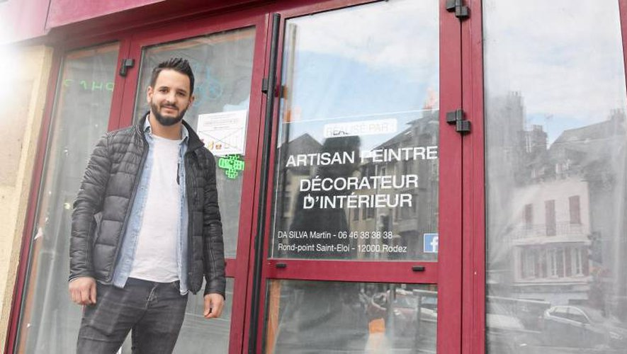 Johan Gil devant son futur commerce, à Saint-Cyrice.