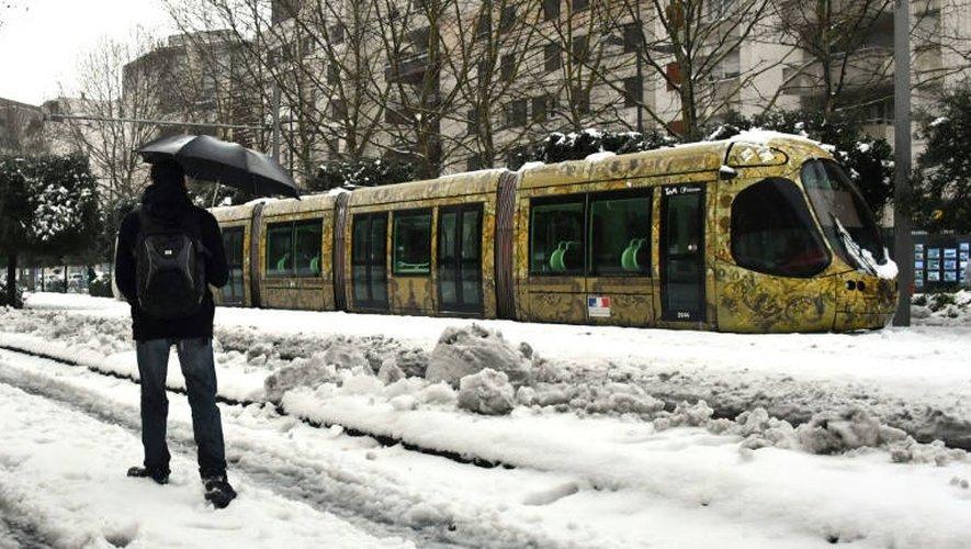 Un tramway sous la neige à Montpellier jeudi 1er mars 2018