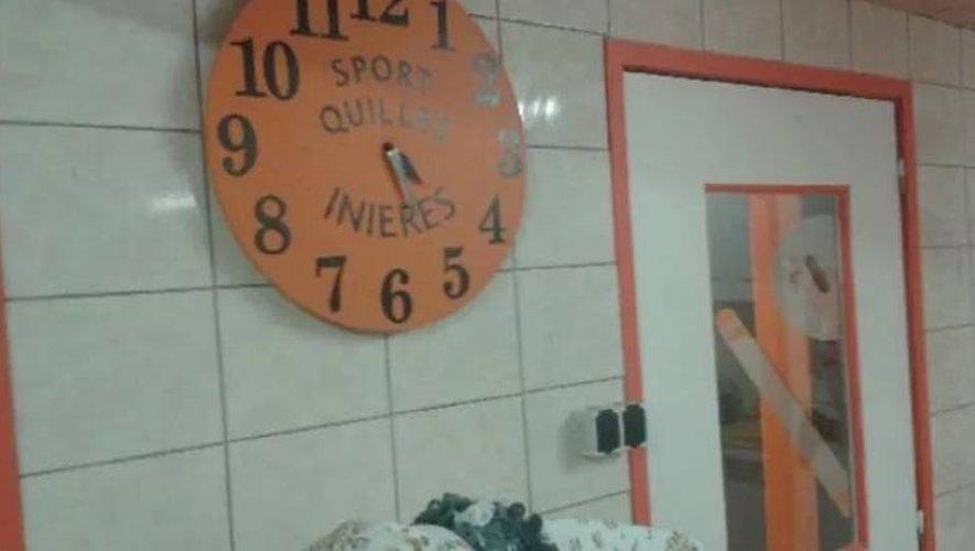 Seule l'horloge aux couleurs du club a échappé à l'appétit féroce du ou des cambrioleurs.
