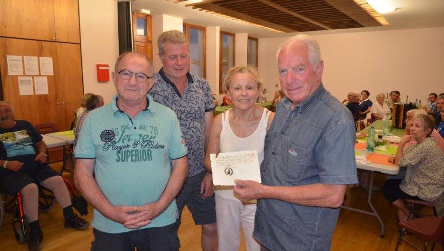 Jean-Paul Causse présente le parchemin qu'il a trouvé, entouré de quelques membres de l'association de sauvegarde de l'église.