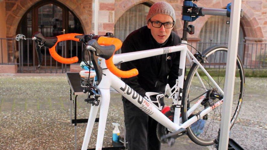 James Hennessy se transforme en Mister Vélo quand il pilote