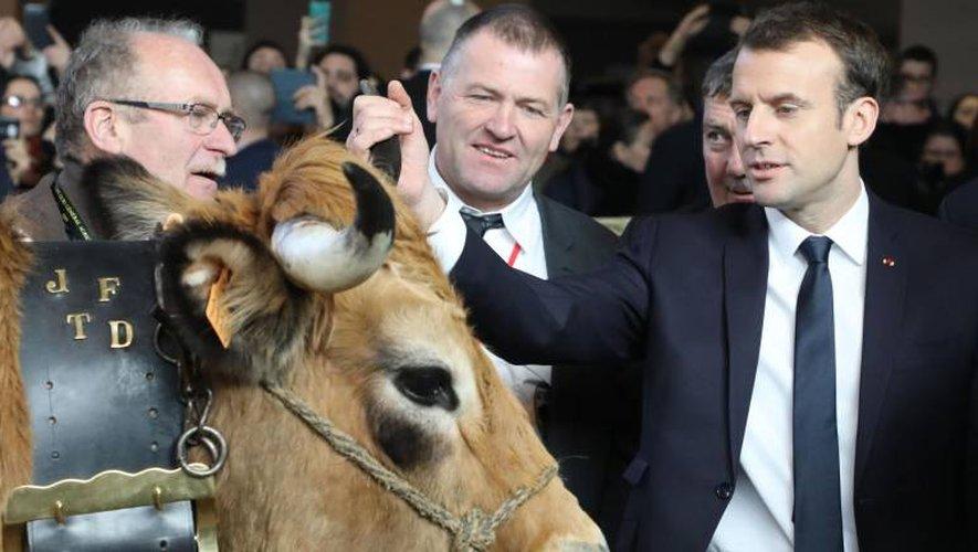 Haute fait la connaissance d'Emmanuel Macron, ce matin, porte de Versailles, à Paris (Photo AFP)