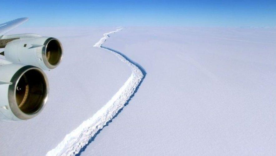 L'iceberg n'est plus relié au continent Antarctique que sur cinq kilomètres.