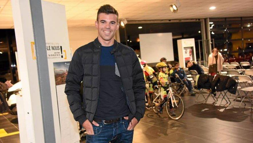 L'Albigeois Lilian Calmejane (25 ans depuis mercredi), hier soir lors de la présentation de l'épreuve, en présence notamment des enfants de l'école de cyclisme du VCR.
