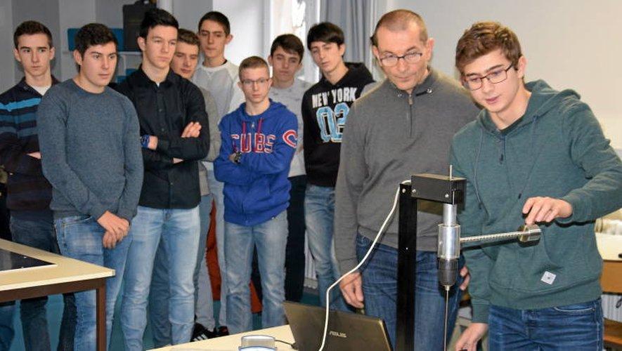 Les lycéens ont exposé au représentant du Cnes les expériences qu'ils mèneront.