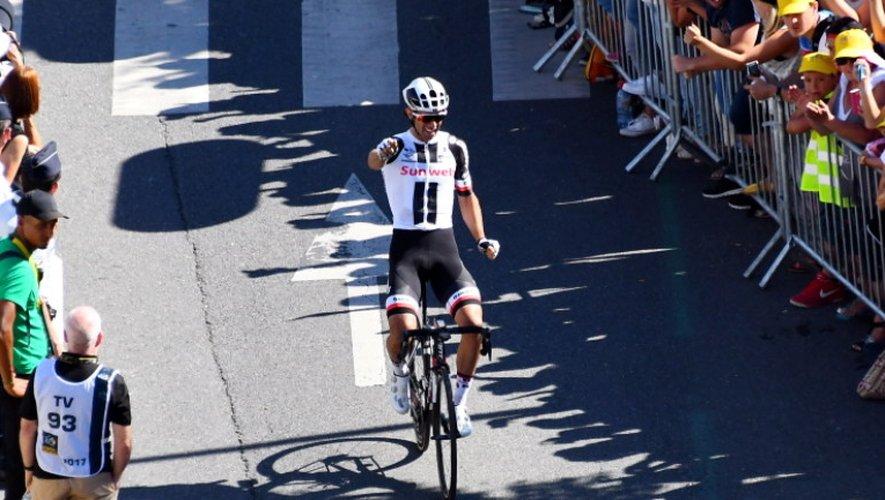 Michael Matthews s'impose à Rodez. Il coiffe le Belge Van Avermaet, vainqueur en 2015, sur la ligne.
