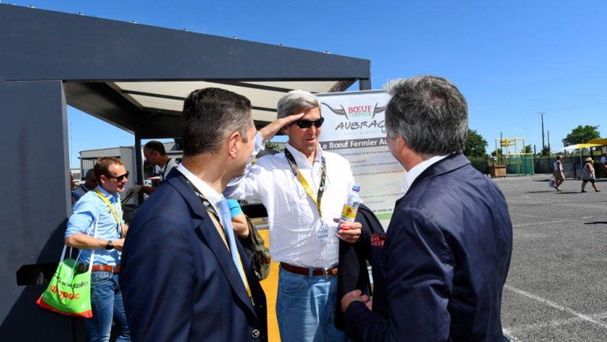 Invité de marque au départ à Laissac, John Kerry, ancien secrétaire d'Etat sous la présidence Obama salue ici le préfet de l'Aveyron Louis Laugier ainsi que le président du conseil départemental Jean-François Galliard.