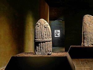 À Venise, les statues-menhirs de Fenaille ont conquis la planète des arts