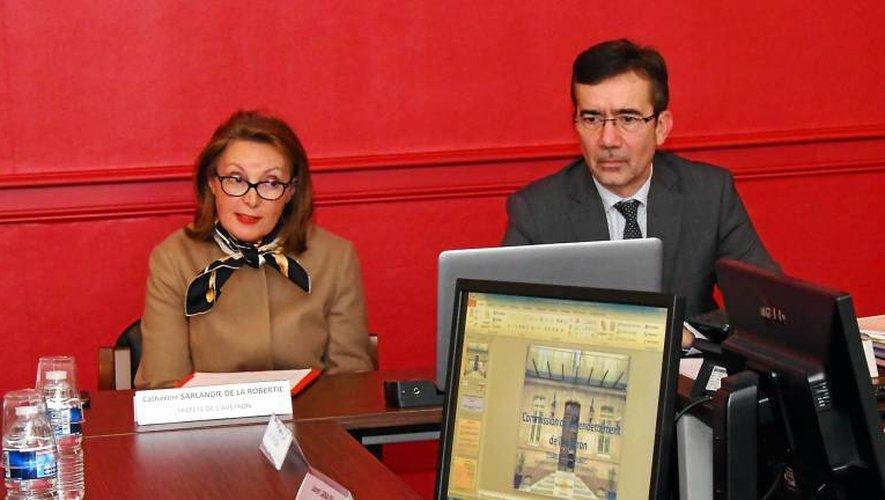La préfète de l'Aveyron Catherine de La Robertie et le directeur de la Banque de France, Guilhem Blanchin.