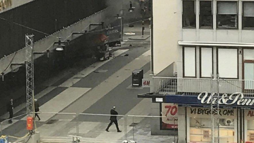 Une fumée épaisse s'élevait de ce lieu entouré par la police d'un périmètre de sécurité, selon les images des télévisions.