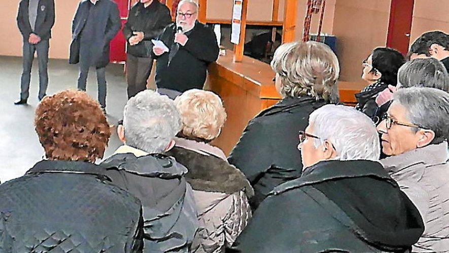 La population attentive aux annonces du premier adjoint au maire.