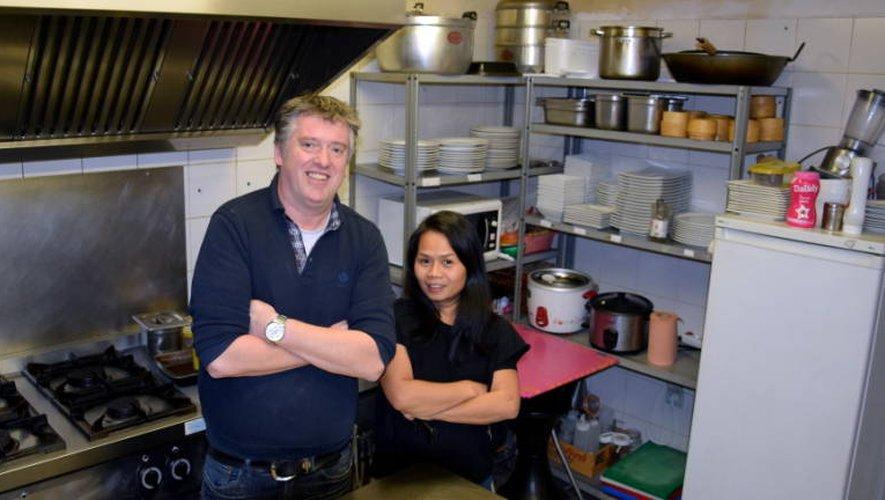 Didier Sirvin pose fièrement bras croisés, à l'image de Monsieur Paul, son premier employeur, aux côtés de sa femme dans les cuisines de la Maison Thaï.