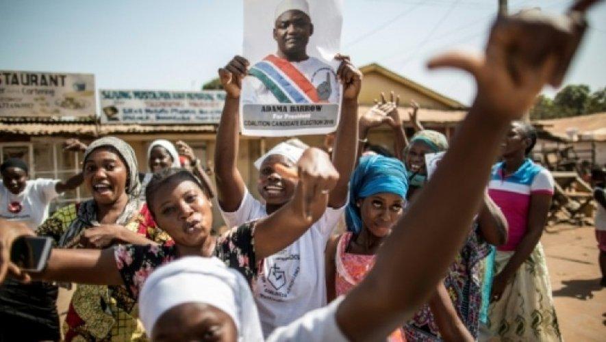 Des partisans d'Adama Barrow, vainqueur de la présidentielle, brandissent son portrait, le 2 décembre 2016 à Serekunda en Gambie.