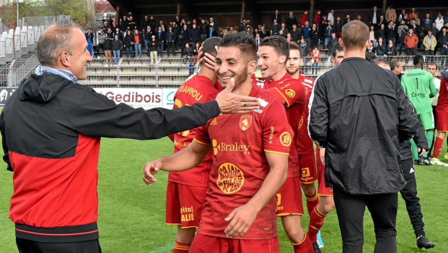 Le coach ruthénois Laurent Peyrelade félicite son double buteur Jérémy Mellot, samedi. Les sang et or peuvent être heureux.Jean-Louis Bories