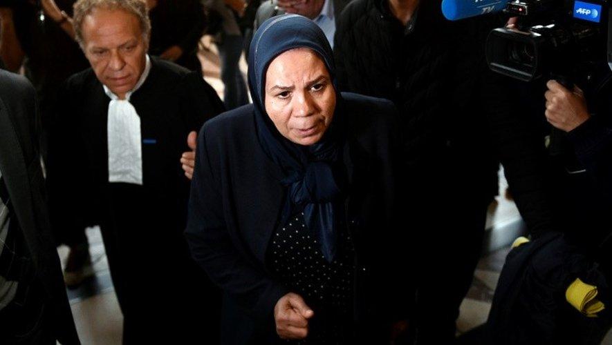 Latifa Ibn Ziaten (C), la mère d'une victime de Mohamed Merah arrive au palais de justice de Paris le 2 octobre 2017.