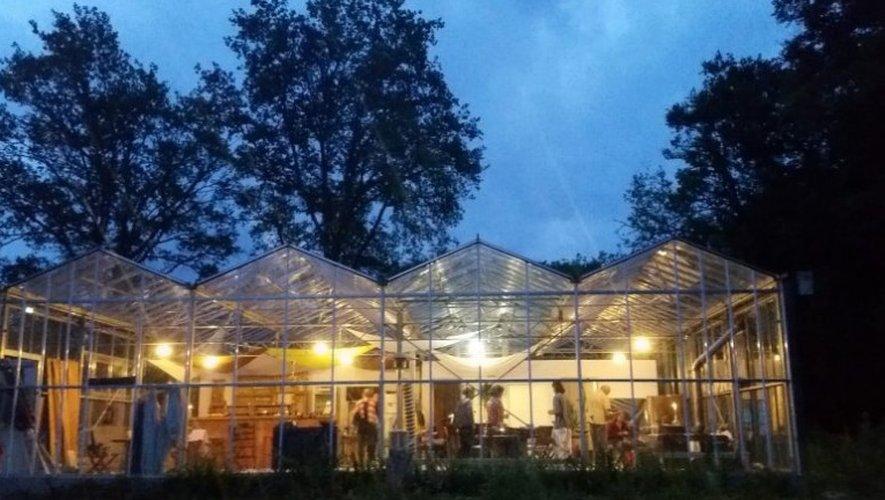 L'accueil dans un bâtiment de verre, ouvert sur la nature, fait également le charme du glamping.