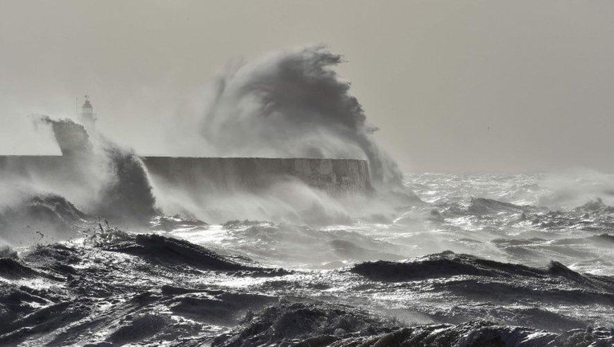 Météo-France a placé en «vigilance orange» sept départements - Charente-Maritime, Gironde, Landes, Pyrénées-Atlantiques, Finistère, Vendée et Loire-Atlantique - pour un risque de vagues-submersions.