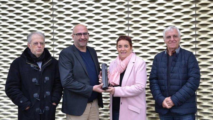 Pierre Enjalbal et Sylvie Lopez, entourés des adjoints F. Azam (finances) et E. Routaboul (urbanisme) présentent le trophée.