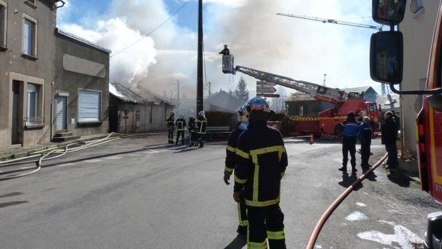 Les secours aveyronnais ont sorti la grosse lance pour éteindre l'incendie, ce matin.