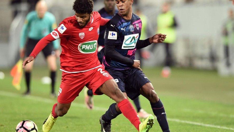 Valentin Rosier, ici au duel avec le Bordelais Diego Rolan sur la pelouse du Matmut Atlantique à Bordeaux.