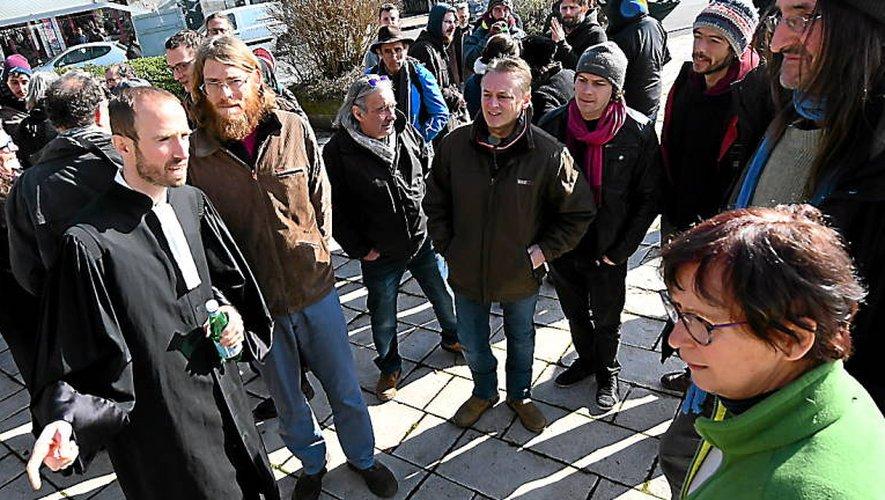 Me Gallon en compagniedes militants de l'Amassada opposés au projet de Crassous.