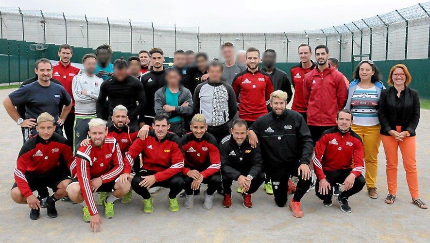 Détenus de la maison d'arrêt de Druelle et joueurs du Rodez Aveyron football ont posé pour la photo de famille à l'issue du match amical qu'ils ont livré.