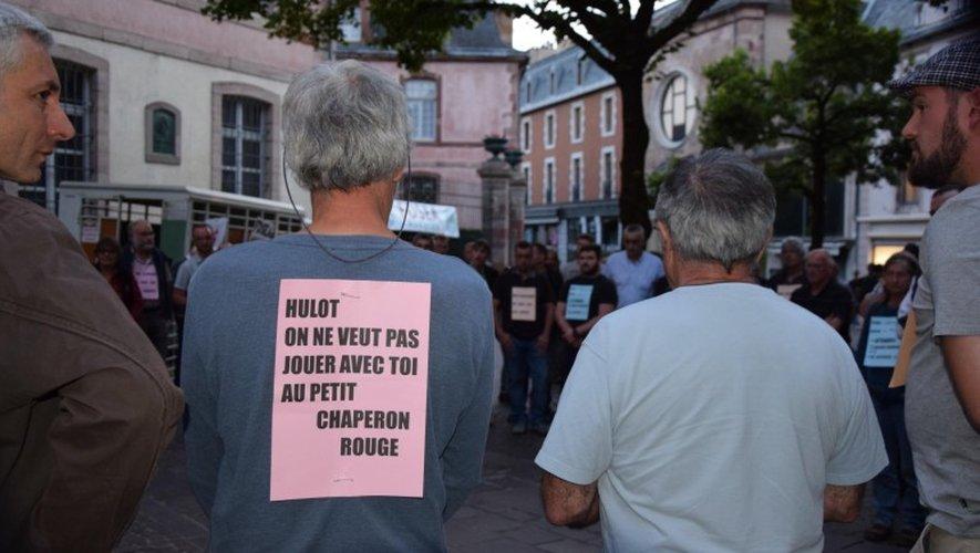 Une centaine de personnes ont manifesté contre le loup, vendredi soir à Rodez.