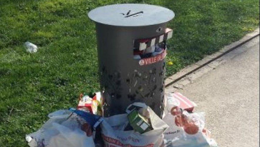 Une vision récurrente de poubelle débordant de déchets. Et la même poubelle aujourd'hui sans couvercle.