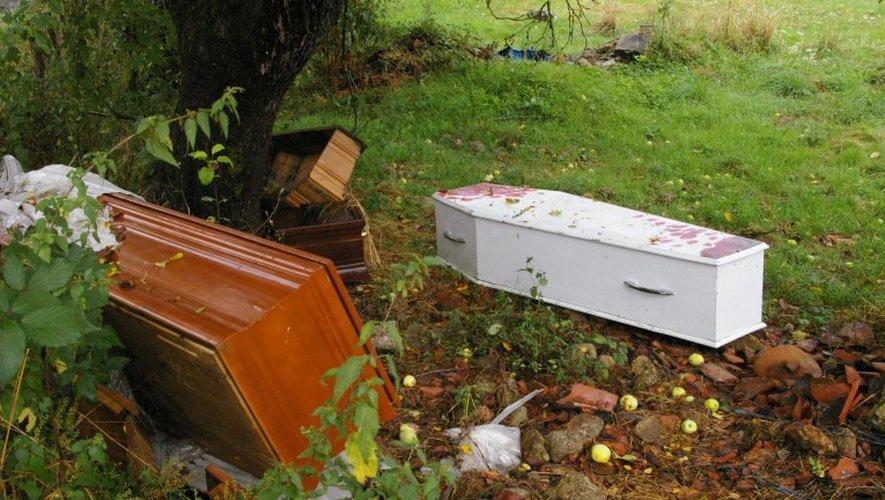 INSOLITE. A qui appartiennent les cinq cercueils retrouvés abandonnés dans un pré à Firmi ?