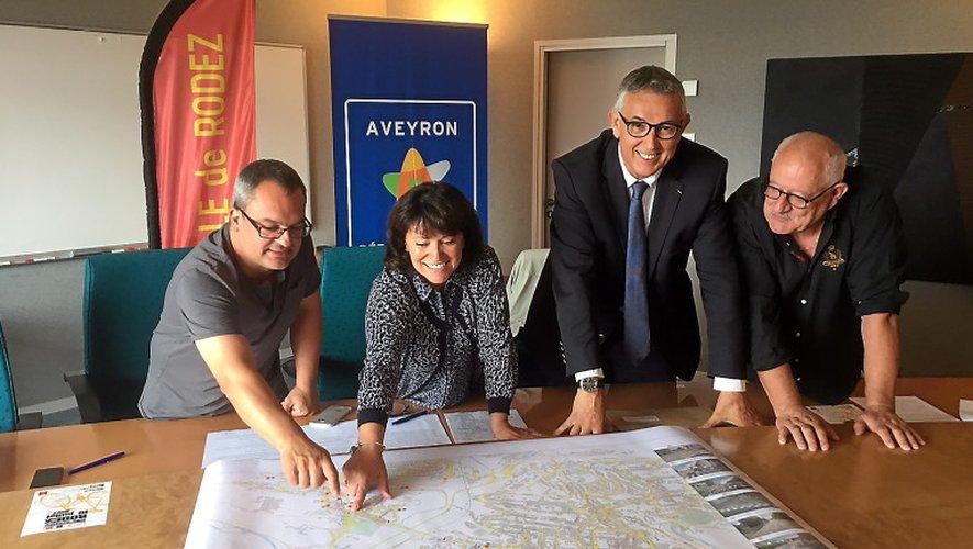 Pascal Filloé et Gilbert Antoine entourent Monique Bultel-Herment et Bernard Saules, autour de la carte établissant tout le dispositif de circulation et de stationnement.
