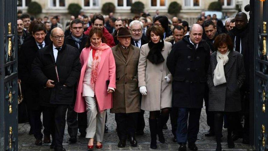 Les membres du gouvernement sortent à pied du ministère de l'Intérieur place Beauvau le 4 janvier 2017 à Paris